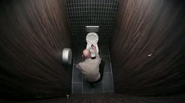clip vui nhon - moi chuyen deu co the xay ra trong toilet - v.a