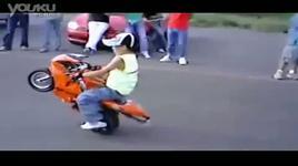 shock voi be trai sau tuoi boc dau xe moto - dang cap nhat