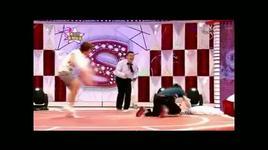 leeteuk vs eunhyuk in a pillow fight - super junior