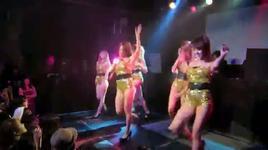 may em japan nhay gangnam trong bar - v.a