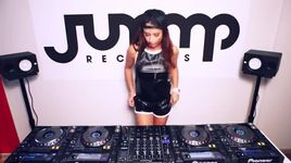 juicy m mixing on 4 cdjs at jump records studio - dj juicy m