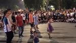 Bé Gái Khiến Cả Khu Phố Náo Loạn Với Màn Nhảy Bống Bống Bang Bang Cực Đỉnh